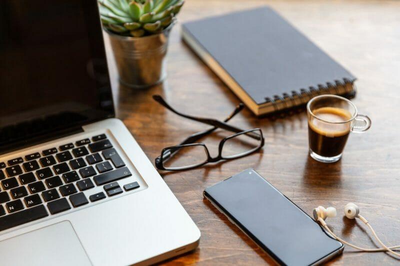 Webdesign-Agentur oder Website-Freelancer? Bei den Fixkosten gibt es große Unterschiede.